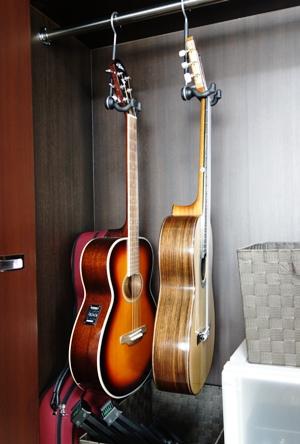 ギターをクローゼットにかける