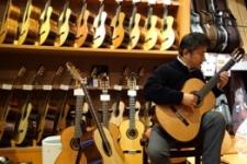 生徒さんがギターを試奏中