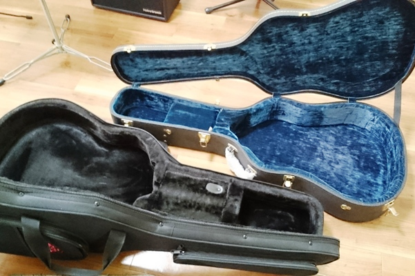 ギターケースを開け放つ