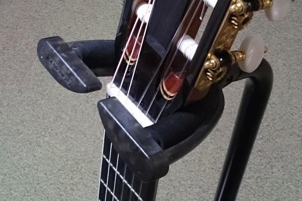 ギタースタンドにギターをかけたあと