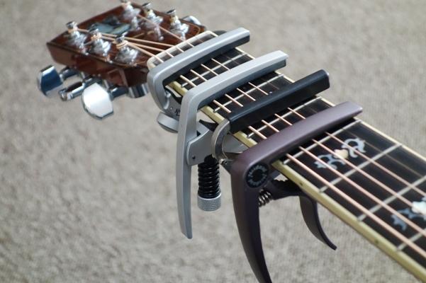 たくさんのカポをギターに付けた