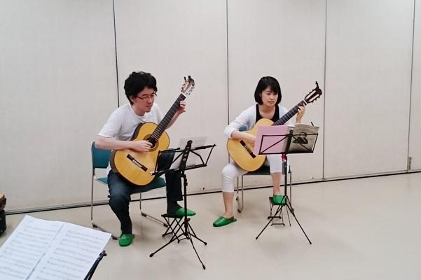 男性と女性のギターデュオ