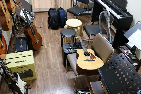 ギター教室はギターがいっぱい