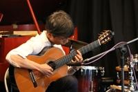 50代のクラシックギターを弾く男性