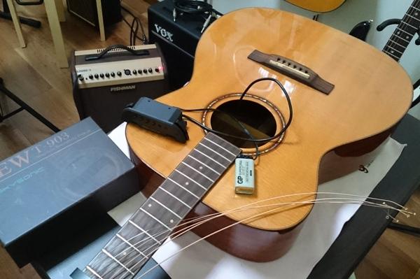 ギターにピックアップを取り付け中