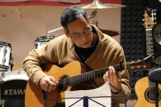 ギターを弾く60代男性