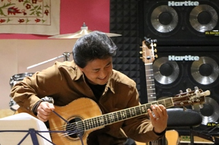 ギターを弾く40代男性