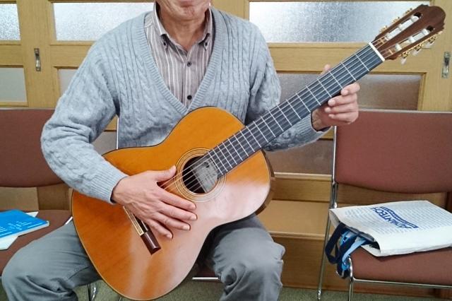 定年退職した方がギターを弾く