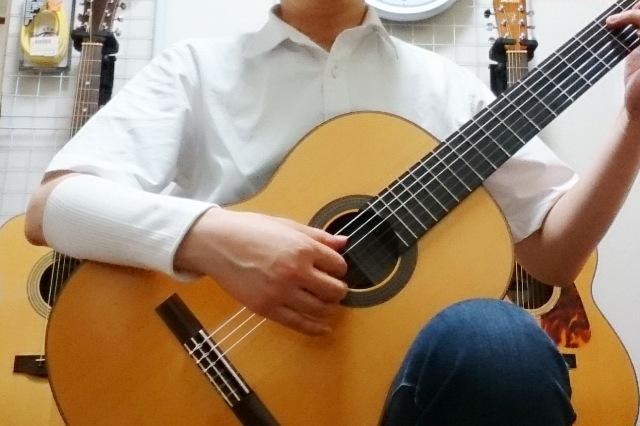 ギターを弾く右腕にはサポーター