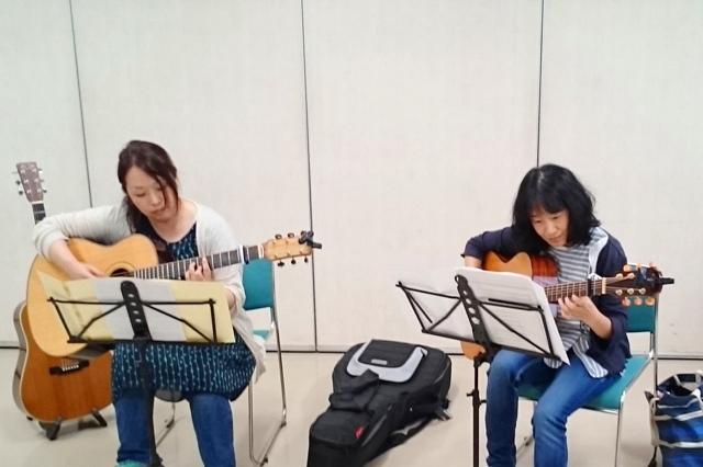 女性2人でギターデュオ