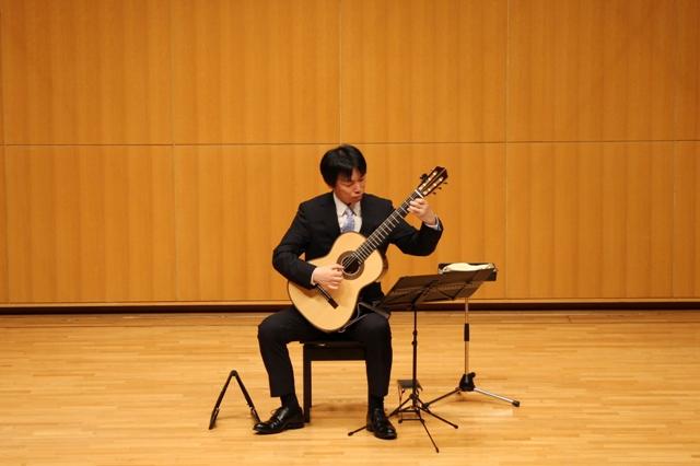 クラシックギターを演奏