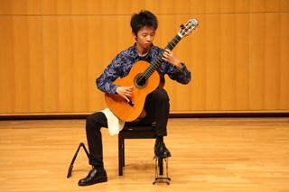 20代の男 クラシックギター