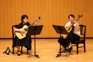 女性のクラシックギターデュオ