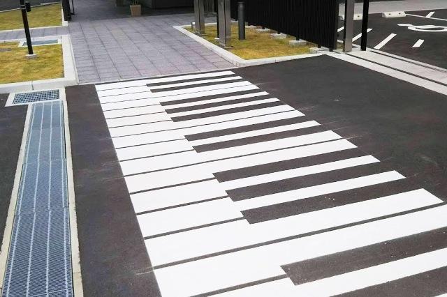 イノベーションロード 横断歩道が鍵盤