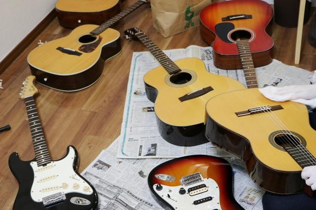 ギター教室のギターを掃除