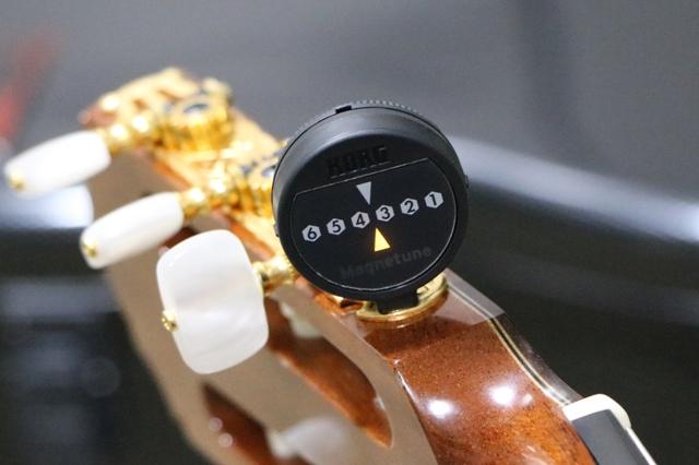 KORG MG-1 クラシックギターに装着