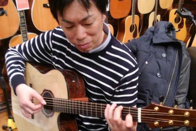 ギターの試奏中