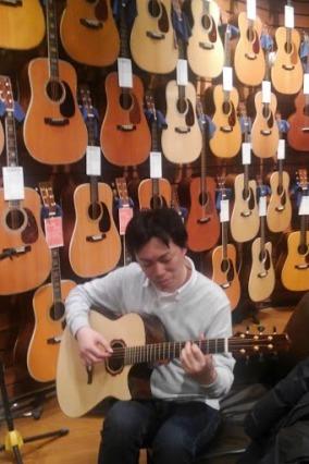 壁一面にアコースティックギター