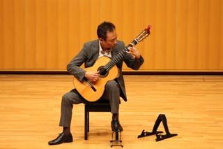 クラシックギターを弾く50代の男性