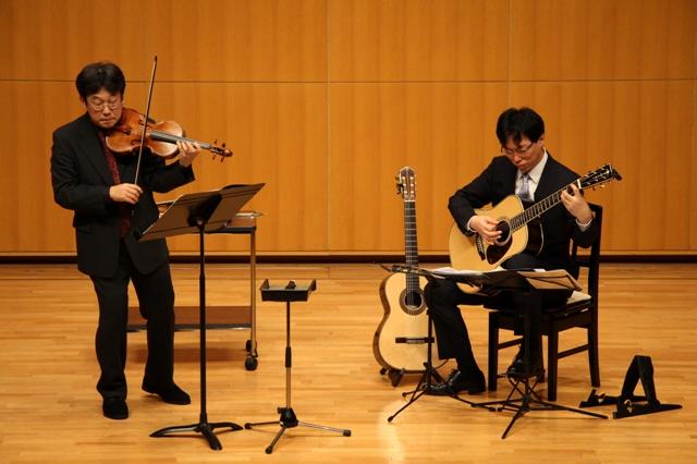 ヴァイオリンとアコースティックギターのデュオ
