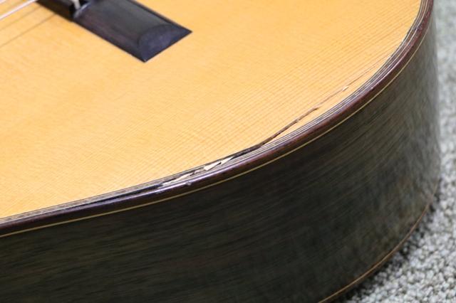 ギターの表面板が割れた
