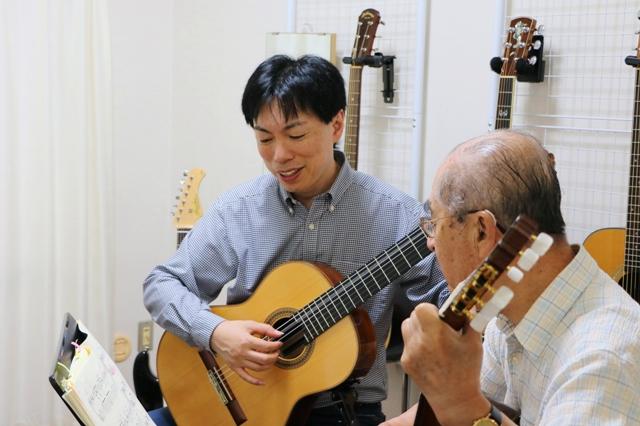 80才男性がギターを弾く