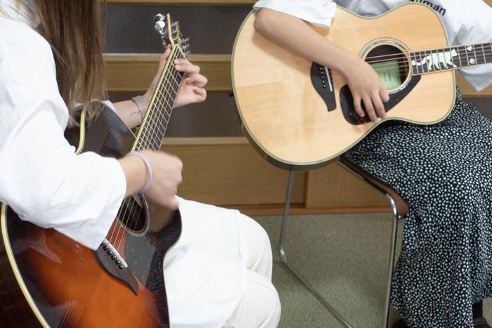 仲良くギター弾き語り